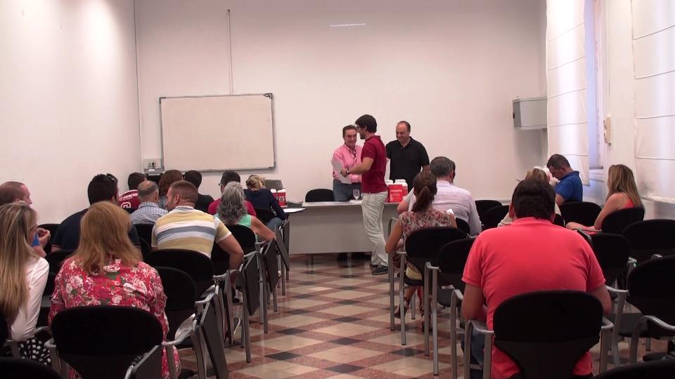 Jaime Brugos entregando los certificados de asistencia a los asistentes
