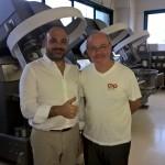 Carlos Abehsera con Osvaldo Legnini de CiaoCarb en la línea de producción de Ciao Carb