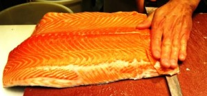 Salmón fresco noruego cortado en filetes