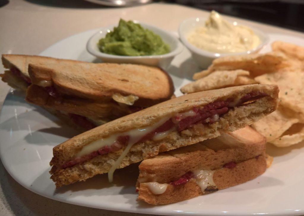Sandwich lowcarb de Pastrami y queso suizo con mostaza en pan Protobread de CiaoCarb