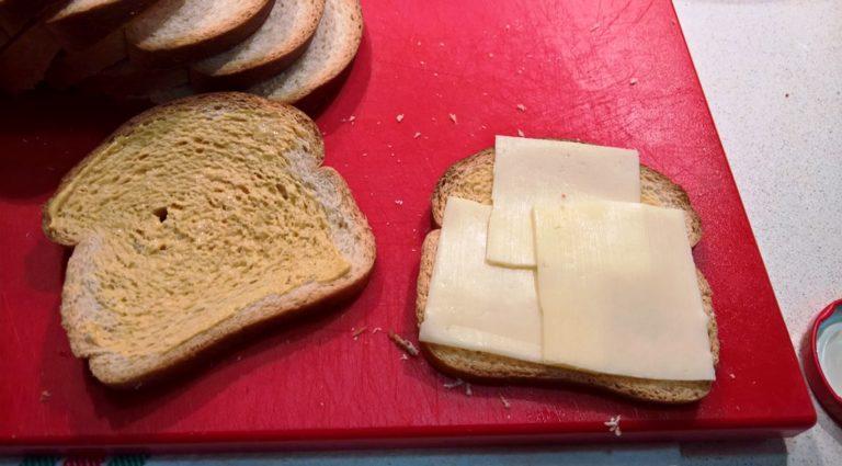 Pan lowcarb con mostaza y queso suizo