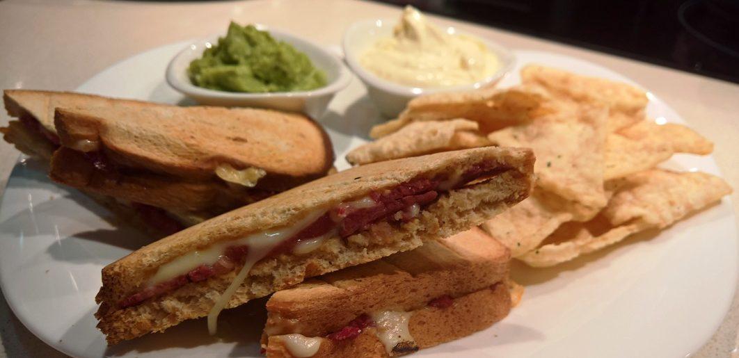 Sandwich lowcarb de Pastrami, Queso Suizo y Mostaza