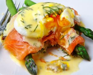 Huevos con Salmón y Espárragos